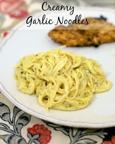 Creamy Garlic Noodles {Homemade Pasta Roni} - SOOO much better than the boxed stuff. We make this all the time. Easy and super delicious! Ready in about 15 minutes. You& never use the boxed stuff again. Think Food, I Love Food, Fun Food, Side Dish Recipes, Dinner Recipes, Pasta Casera, Pasta Sides, Kebab, 21 Day Fix