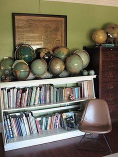 junkgarden: {Decorating with Maps} - globe collection Vintage Globe, Vintage Maps, Vintage Market, Old Globe, Globe Decor, Globe Art, Displaying Collections, Traditional House, Decoration