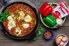Salchicha de pollo y huevos estofados de tomate