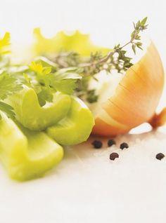 Recette de Ricardo de Bouillon de poulet maison.  Ce bouillon de poulet simple à préparer est idéal pour préparer des soupes ou des riz et il se congèle.
