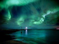 Fond d'écran d'une aurore boréale au dessus d'une étendue d'eau