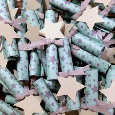 Ένα όμορφο προσκλητήριο βάπτισης αστέρια ρολό βεραμάν με γκρι αστέρια σε βεραμάν φόντο. Τέλειο κάλεσμα αν σχεδιάζετε βάπτιση με θέμα το αστέρι!! Invitation Cards, Invitations, Baby Christening, Twinkle Twinkle, Arts And Crafts, Gift Wrapping, Wedding, Stars, Design