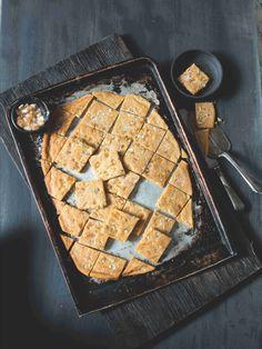 Většina sušenek se musí vykrajovat nebo nejrůzněji tvarovat, hlídat, aby se při pečení neslily... Tady tohle všechno odpadá. Těsto stačí vyválet, upéct a nakrájet. Hotovo! Cookies, Desserts, Food, Crack Crackers, Tailgate Desserts, Deserts, Biscuits, Essen, Postres