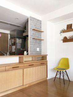 奈良県のお宅のタモのカウンター下収納とタイル貼りの棚板。 マンションのリビングの壁も一部タイル貼りをすることで… Natural Interior, Updated Kitchen, Kitchen Tiles, Backsplash, Cabinet, Dining, Living Room, Architecture, Table