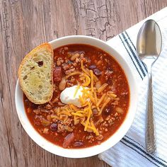 Happy Friday everyone! Today #ontheblog i'm sharing with you a comforting and out of this world chili recipe which by the way won the chili cook-off. #foodgram #f52grams #buzzfeedfood #huffpostgram #huffposttaste #tastespotting #chilicookoff #chili #spicy #instafood