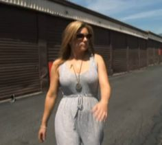 brandi-wearing-gray-shirt-on-way-to-auction-storage-wars-2