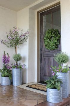 Hausverschönerung Front Porch Planters - Selecting The Right Patio Furniture Courtyard Landscaping, Front Yard Landscaping, Landscaping Ideas, Outdoor Landscaping, Acreage Landscaping, Farmhouse Landscaping, Inexpensive Landscaping, Front Door Entrance, Front Door Decor