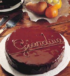 La torta gianduia è una specialità della cucina piemontese. Si prepara con nocciole del Piemonte e cioccolato fondente di prima qualità. Per festeggiare compleanni e occasioni in maniera indimenticabile.