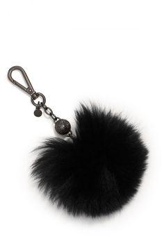 Un porte-clé pompon noir Michael Kors en fausse fourrure pour décorer son sac à main.  Prix : 45 euros.
