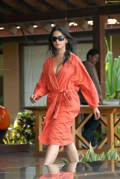 5 Dress Styles That Will Make You Look Thinner. While particular ladies wear products you see on the runway might look terrific on models, they might not look great on every woman. Beautiful Girl Indian, Beautiful Indian Actress, Beautiful Actresses, Actress Anushka, Bollywood Actress, Actress Priya, Tamil Actress, Hot Actresses, Indian Actresses