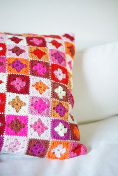 Granny crochet pillow by wood & wool stool Crochet Home, Love Crochet, Crochet Crafts, Crochet Yarn, Crochet Projects, Crochet Motifs, Crochet Squares, Crochet Granny, Granny Squares