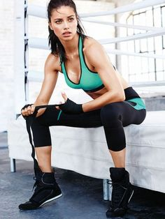 Image about model in Adriana Lima by Jorge on We Heart It Adriana Lima Boxing, Adriana Lima Diet, Adriana Lima Workout, Adriana Lima Body, Michelle Lewin, Weight Lifting, Body Weight, Victoria Secret, Under Armour