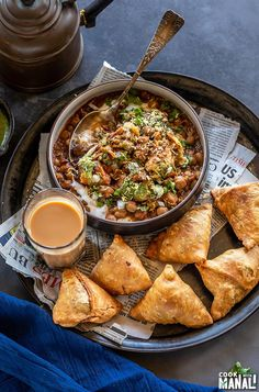 Indian Vegetarian Recipes 136163588721200104 - Tangy and spicy Samosa Chaat is popular north Indian street food! Crunchy samosa is served with spicy chickpea curry (chole), yogurt and chutneys! Source by mariamashta Aloo Tikki Recipe, Samosa Recipe, Chaat Recipe, Samosas, Samosa Chaat, Puri Recipes, Mexican Food Recipes, Asian Recipes, Vegetarian Recipes