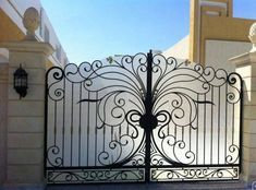 Elegant iron auto gate with obscured glass. Gate Wall Design, Steel Gate Design, Front Gate Design, House Gate Design, Fence Design, Door Design, Iron Main Gate Design, Front Gates, Entrance Gates