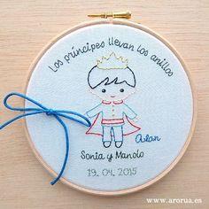 Porta alianzas bastidor bordado a mano y personalizado. www.arorua.es