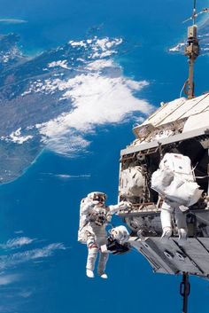 Internet roasts dude for mansplaining space to female astronaut Earth And Space, Cosmos, Life In Space, Planes, Nasa Photos, Space Photography, Space And Astronomy, Nasa Space, Space Program