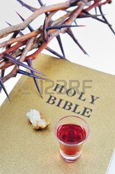corona de espinas en una biblia photo