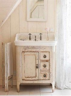 Vintage Bathroom inspiration, could be perfect for small upstairs bathroom Baños Shabby Chic, Muebles Shabby Chic, Shabby Chic Homes, Shabby Chic Furniture, Rustic Chic, Rustic Wood, Rustic Decor, Distressed Wood, Handmade Furniture