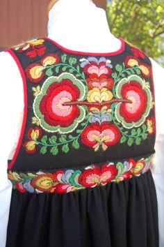 Scandinavian Embroidery, Scandinavian Folk Art, Folk Costume, Costume Dress, Norwegian Clothing, Frozen Dolls, Ethnic Dress, People Dress, Unique Dresses