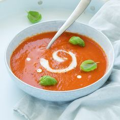 Verse tomatensoep – In 20 min klaar This quick basic recipe for fresh tomato soup is on the table within 20 minutes and is guaranteed to work. Fresh Tomato Soup, Fresh Tomato Recipes, Chowder Recipes, Soup Recipes, Healthy Recipes, Healthy Diners, Lunch Restaurants, Good Food, Yummy Food