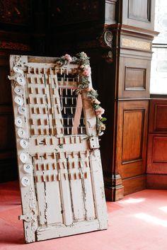 #sitzplan #seatingchart Sitzplan alte Vintage Tür - Elegante Gartenhochzeit auf Schloss Grafenegg | Hochzeitsblog The Little Wedding Corner