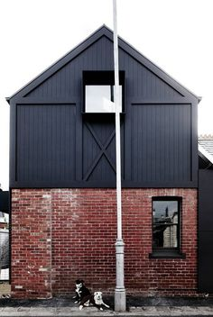 Stylistycznie przypomina nowoczesną stodołę. Do rozbudowy użyto cegieł z recyklingu i czarnej blachy falistej.
