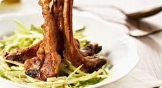 Una ricetta tipica della cucina romana da portare in tavola per il prossimo pranzo di Pasqua: sono le costolette di agnello alla scottadito con contorno di puntarelle alla romana.