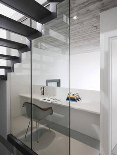 Rizza+House+/+Studio+Inches+Architettura Modern Interior, Interior Architecture, Interior And Exterior, Interior Design, Barn Storage, Simple Desk, Loft, Home Office Space, Office Desk