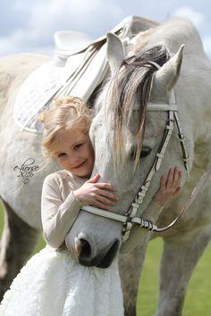 Fotoshoot communie met paarden - ook voor kinderen die géén eigen paard hebben! Contacteer E-horse voor meer info!