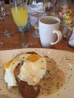 Se você está visitando os EUA, uma sugestão é curtir o brunch (a refeição que combina café da manhã e o almoço) no final de semana. Se você gosta de tomar um drink, o indicado é procurar um restaurante que sirva botomless mimosa (o champagne com suco de laranja), geralmente você paga $15 (R$45) e bebe a vontade durante 3 a 4 horas, como no The Church Key em West Hollywood. Conferimos e curtimos! Fica a dica. 🥂☕️🍳😋