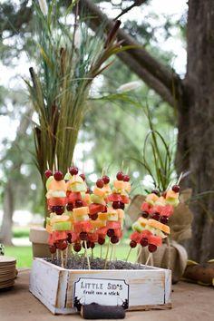 Palitinho de frutas também é uma ótima opção para servir, são coloridos, saborosos e muito saudáveis.  Use a criatividade e saia da rotina neste feriado de carnaval!