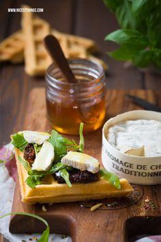 Herzhafte Waffelsandwiches mit Ziegenkäse und Honig