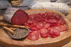 Discover tips and facts on fine Italian Cuisine and Italian wine. Italian Meats, Italian Wine, Italian Street Food, Prosciutto, Charcuterie, Wine Recipes, Italian Recipes, The Cure, Gastronomia