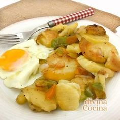 patatas a lo pobre con huevo Mexican Food Recipes, Diet Recipes, Vegetarian Recipes, Cooking Recipes, Healthy Recipes, Ethnic Recipes, Chilean Recipes, Good Food, Yummy Food