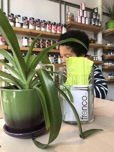 Frenco, l'épicerie écolo au cœur du Plateau Fruit Bio, Legume Bio, Pause Café, Fitbit, Brown Bread, Eating Organic, Tray