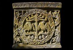 Sarcofago, dettaglio laterale con Irminsul, Hugin e Munin