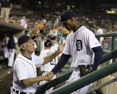 Detroit Tigers manager Jim Leyland gives a hand to pitcher Al Alburquerque after he finished pitching the 8th inning against the Cleveland Indians in Detroit on September 4, 2012. / Julian H. Gonzalez / DFP