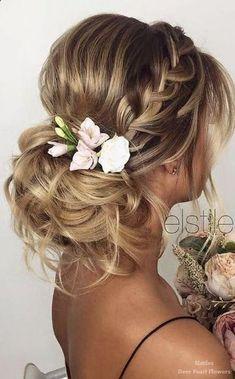 Chignon mariage flou avec tresse et fleurs