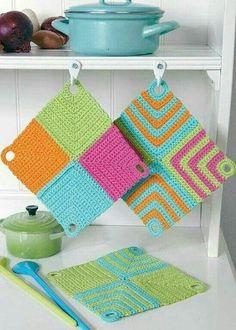 Knitting Patterns Yarn Crochet potholders from 4 squares - crochet potholder Crochet Diy, Crochet Home Decor, Love Crochet, Crochet Gifts, Crochet Ideas, Crochet Potholders, Crochet Squares, Dishcloth Crochet, Knitting Patterns