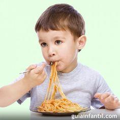 Recetas caseras de espaguetis para niños. Con salsas, carnes y verduras, los espaguetis es una de las comidas preferidas de los niños. Guiainfantil.com nos propone unas recetas sabrosas de platos de espaguetis y tallarines para hacer con tus hijos. Sausage Spaghetti, Chicken Pasta, Torte Recipe, Vegetables, Meals