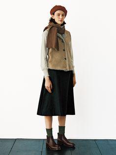 英国を代表するクロージングデザイナーであるマーガレット・ハウエルの日本公式サイト。良質を求め、モダンクラシックを更新し続ける彼女のものづくりは、ウィメンズ、メンズ、ハウスホールドグッズ、カフェに至るまで幅広く展開されています。 Preppy Mode, Preppy Style, Classy Outfits, Chic Outfits, Fashion Outfits, Urban Street Style, Everyday Fashion, Daily Fashion, Winter Stil