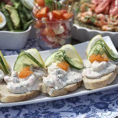 Skagenröra på lantbröd. Hitta hela menyn på www.hemmetsjournal.se!