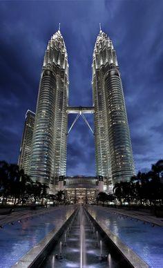Tours jumelles Pétronas (1998) de Kuala Lumpur en Malaisie, Conçues par l'architecte argentin Cesar Pelli. Hauteur 452 mètres et 88 étages. Une passerelle d'acier, à 170 mètres du sol, relie les deux tours.