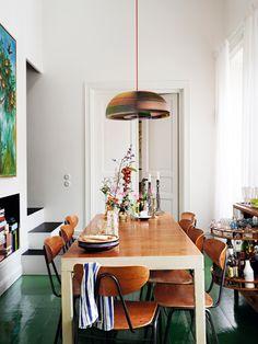 På jobbet skapar Johan Svenson genomtänkta miljöer för modebilder, film och butiker. Hans eget hem är en provkarta över lyckade spontana infall och säkra färgval. (PS. Missa inte Johans...