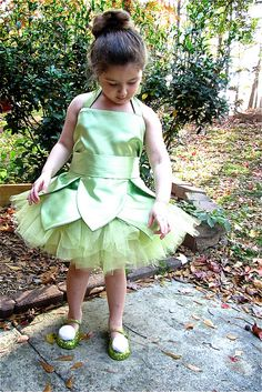 I showed you how to make the Tinkerbell dress in THIS  post and now I'm going to show you how to make the tutu that goes with it. It's so ...