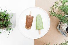 Перед вами сразу 2 рецепта полезного веганского мороженого от замечательного вегетарианского ресторана КМ 20. Приготовить эти вкуснейшие десерты не составит особого труда. Главное, что нужно, – это запастись формочками для эскимо. И ещё одна хитрость. Чтобы достать мороженое из формочки не составило труда, опустите её сначала в стакан с горячей водой. Буквально на 15–20 секунд. Ваше эскимо по краям слегка подтает, и достать его из пластиковой формочки будет очень легко.