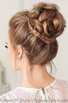 Prom hair updos stay trendy from year to year due to their gorgeous look and versatility. See our collection of elegant prom hair updos, as this important event is approaching and you need to start preparing. Prom Hairstyles For Long Hair, Winter Hairstyles, Easy Hairstyles, Elegant Hairstyles, Female Hairstyles, Buns For Long Hair, Teenage Hairstyles, Buns For Prom, Hair In A Bun