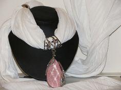 Foulard blanc avec bijoux goutte rosée & strass : Echarpe, foulard, cravate…