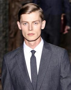 How to Get 10 Men's Hairstyles from Fashion Week.at Your Local Barber Runway Hair, Runway Makeup, Popular Mens Hairstyles, Trendy Hairstyles, Curly Hairstyles, Male Makeup, Models Makeup, Cool Haircuts, Haircuts For Men