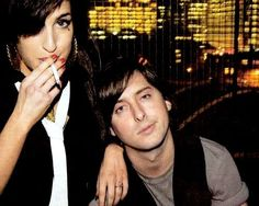 Amy Winehouse et Monsieur Carl Barat. Pete Doherty Amy Winehouse, Beautiful Soul, Beautiful People, Carl Barat, The Libertines, Indie Kids, Female Singers, Her Music, British Style